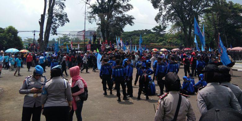 Ribuan buruh saat berorasi dalam peringatan May Day di halaman Gedung Sate, Jalan Diponegoro, Rabu (1/5/2019).