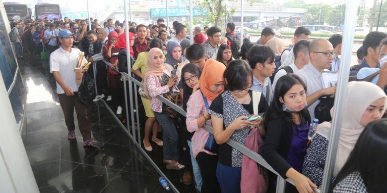 Kementerian Ketenagakerjaan (Kemnaker) menemukan pelanggaran saat melakukan inspeksi mendadak (Sidak) terhadap pelaksanaan pameran bursa kerja atau job fair di Gedung Smesco, Jakarta Selatan, Kamis (13/7/2017).