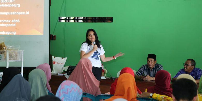 Kementerian Ketenagakerjaan (Kemnaker) bekerja sama dengan Penanaman Modal Madani (PNM) dan PT Shopee International Inodonesia memberikan pelatihan edukasi pemasaran dan permodalan kepada 50 pekerja migran dan keluarganya, di Desa Migran Produktif (Desmigratif), Desa Jragung, Kecamatan Karangawen, Kabupaten Demak, Jawa Tengah, Selasa (14/5/2019).
