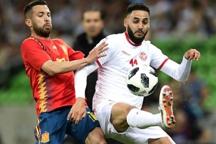 Jordi Alba dan Dylan Bromm berebut bola pada laga uji coba Tunisia vs Spanyol di Krasnodar, 9 Juni 2018.