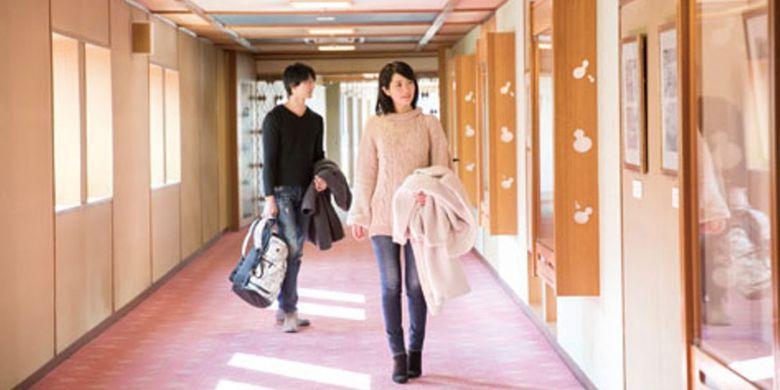 sepanjang lorong menuju kamar, tergantung gambar dan foto yang menunjukkan sejarah penginapan