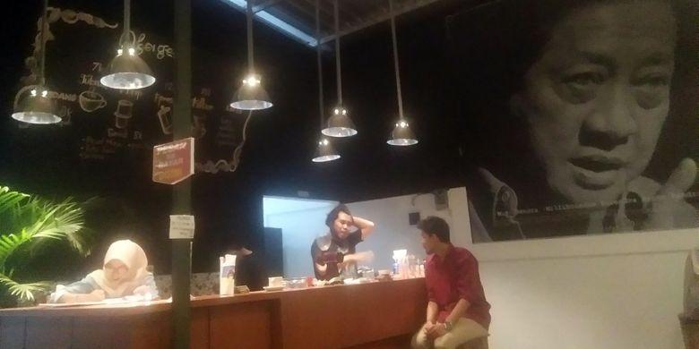 Pengunjung di Kafe Oksigen, Jalan Sidomakmur, No 86, Letak Sari, Mulyoagung, Dau, Kota Malang, Sabtu (20/10/2018) malam.