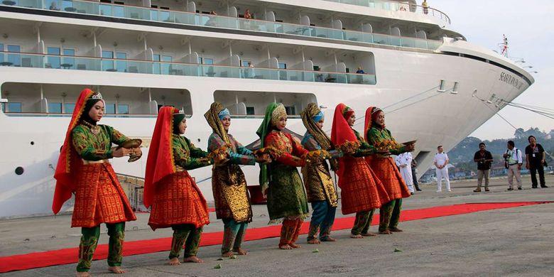 Tarian adat Aceh menyambut para turis dan kru kapal pesiar wisata MS Seabourn Encore berbendera Bahamas/Nasau singgah di Pelabuhan Teluk Sabang, Dermaga Container Terminal (CT) 3 yang berada di Gampong Kuta Timu, Sukakarya, Kota Sabang, Selasa (27/3/2018). Kapal pesiar yang mengangkut 552 wisatawan mancanegara dan 423 kru kapal itu sebelumnya menempuh perjalanan dari Phuket, Thailand dan akan kembali melanjutkan perjalanan wisata menuju Colombo, Sri Lanka.