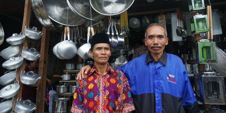 Tukijan dan Syamsul Arifin (jaket biru), perajin Sayangan, Banyuwangi, Jawa Timur, Juma (4/8/2017), yang masih aktif membuat kerajinan peralatan dapur.