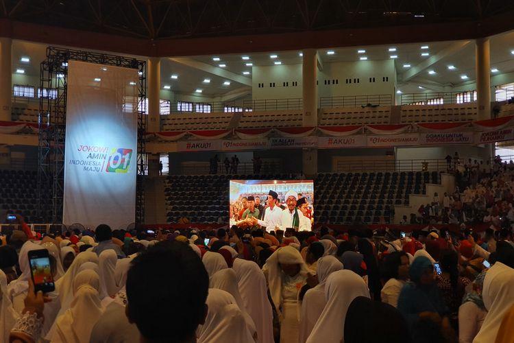 - Calon presiden nomor urut 01 Joko Widodo menghadiri acara Doa Satukan Negeri di Gedung Serbaguna Medan, Sumatera Utara, Jumat (15/3/2019).