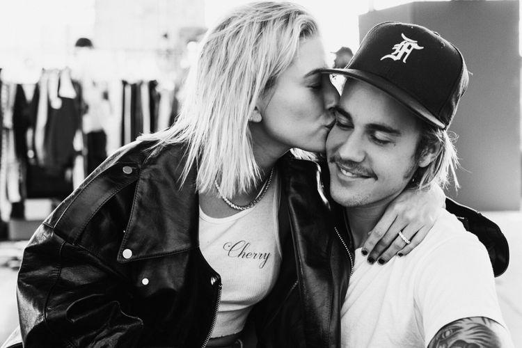Justin Bieber memajang fotonya bersama Hailey Baldwin untuk mengabarkan pertunangan mereka kepada publik.
