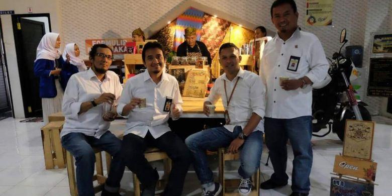 Novian dan warung kopinya saat diundang di salah satu kantor di wilayah Banyuwangi, Jawa Timur.