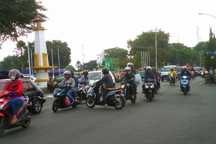 Kepadatan kendaraan terpantau di Jalan A Yani ke arah Jalan Pemuda Kota Magelang pada arus mudik Lebaran, Minggu (10/6/2018).