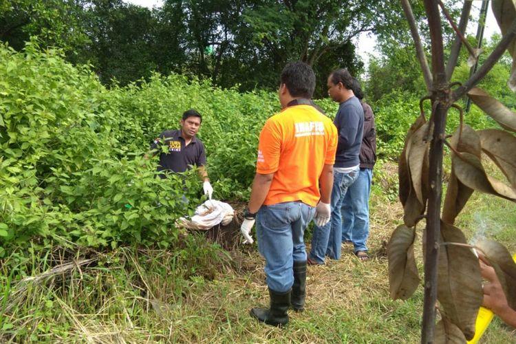 Polisi mengidentifikasi lokasi ditemukannya mayat terbungkus saprai di Jalan Raya Romokalisari Surabaya, Kamis (17/1/2019)