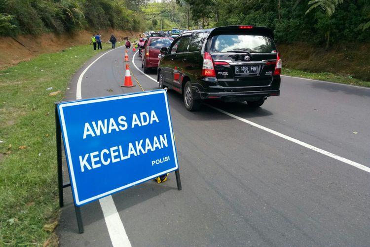 Tampak antrean kendaraan di Tanjakan Emen, Subang, Jawa Barat, Minggu (11/2/2018). Kendaraan ini menunggu dibukanya jalan yang tengah dilakukan penutupan sementara lantaran sedang dilakukan olah TKP oleh pihak kepolisian untuk mengetahui penyebab kecelakaan bis yang menewaskan 27 orang di jalur rawan tersebut.