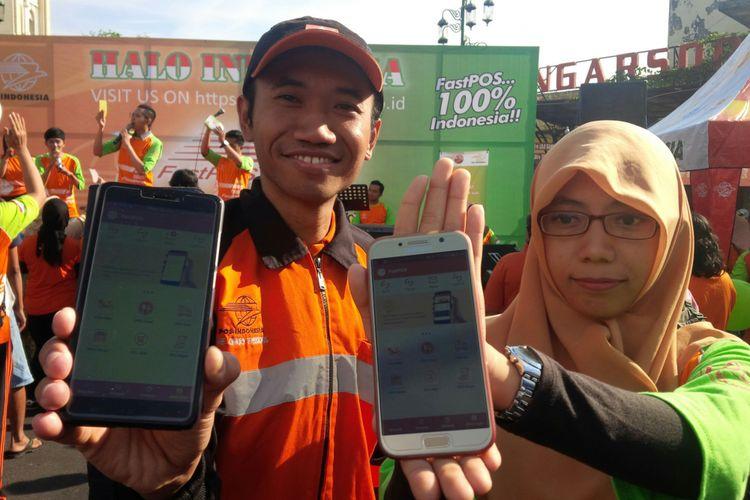 Karyawan PT Pos Indonesia Solo menunjukkan aplikasi berbasis online FastPOS di Solo, Jawa Tengah, Minggu (16/9/2018).