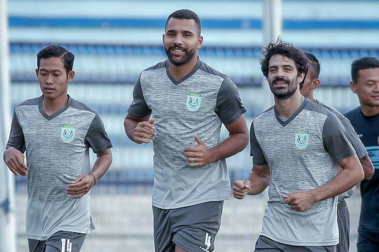 Jairo Rodriguez (dua dari kiri) dan Jose Sardon (tiga dari kiri), saat berlatih bersama skuad Persela Lamongan.
