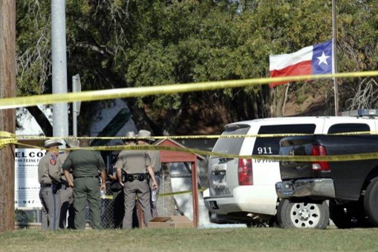 Polisi berjaga di sekitar Gereja First Baptist Minggu pagi. Pria bernama Davin Patrick Kelley, yang merupakan mantan tentara AU, masuk dan menembaki jemaat yang tengah menggelar ibadah pagi. Akibatnya, 26 orang tewas, dan 20 lainnya terluka (5/11/2017).