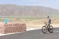 Presiden Turkmenistan Terekam Tembak Target Sambil Naik Sepeda