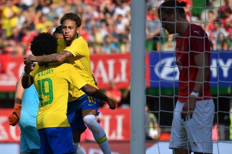 Neymar merayakan gol timnas Brasil ke gawang Austria pada laga uji coba di Vienna, 10 Juni 2018.