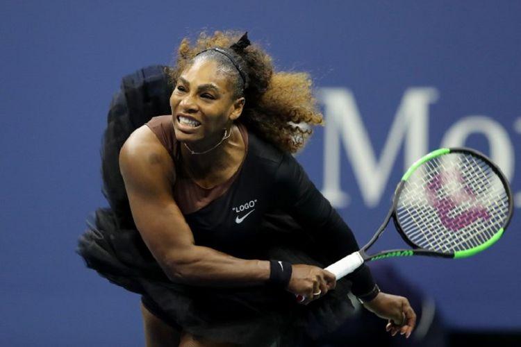 Petenis Amerika Serikat, Serena Williams, berusaha mengembalikan bola saat pertandingan final tunggal putri US Open 2018 melawan Naomi Osaka dari Jepang, Minggu (9/9/2018).