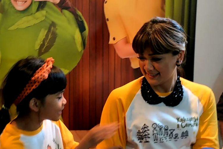 Nirina Zubir bersama putrinya Zivara Jaydo Anvanya saat jumpa pers syukuran 1 Juta Penonton Film Keluarga Cemara di kawasan Kemang, Jakarta Selatan, Senin (14/1/2019).