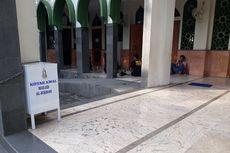Seorang Pria Terekam CCTV Curi Uang Kotak Amal Masjid di Bekasi