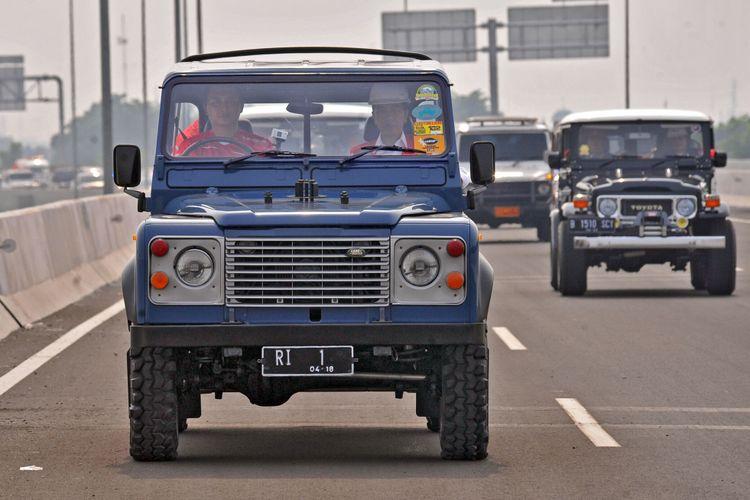 Presiden Jokowi naik mobil off road Land Rover Defender County saat meninjau ruas jalan tol Bekasi, Cawang, Kampung Melayu (Becakayu), Jumat (3/11/2017).