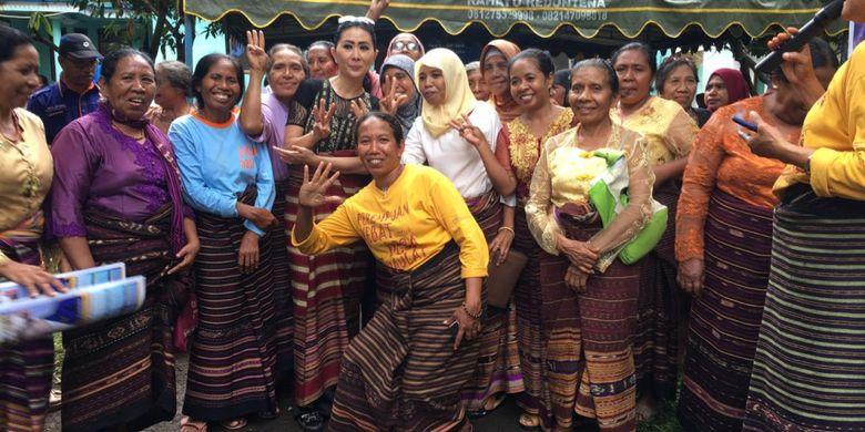 Ketua Dekranasda NTT Julie Sutrisno Laiskodat (tengah) berfoto bersama kaum ibu penenun di Kampung Penenun Adonara, Flores Timur, NTT.