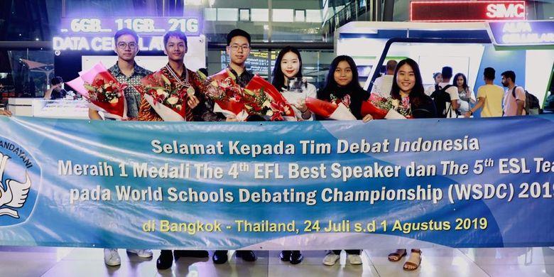 Siswa Indonesia lewat ajang World School Debating Championship (WSDC) 2019 atau Kejuaraan Debat Antarsekolah Tingkat Dunia di Bangkok, Thailand, 24 Juli - 1 Agustus 2019 tersebut meraih penghargaan Best English as Foreign Language (EFL) Speaker dan dinobatkan sebagai The 5th Best EFL Team.