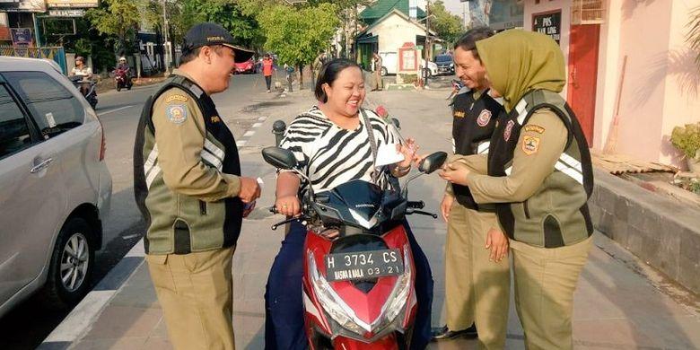 Cara Unik Satpol PP Jawa Tengah Edukasi Pengguna Jalan
