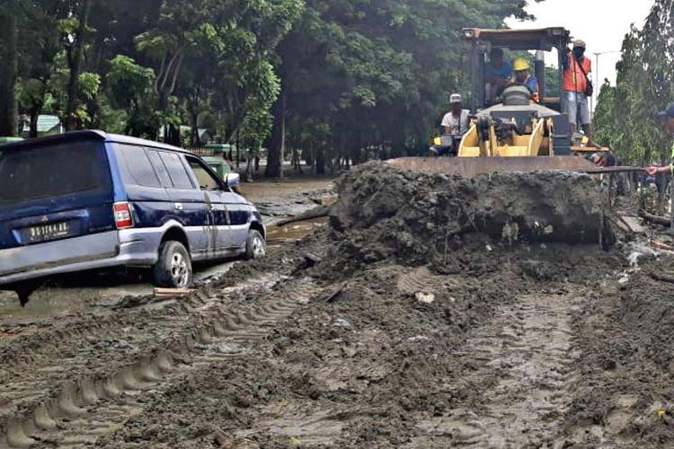 Pembersihan jalan sepanjang 2 kilometer tersebut dilakukan dengan mengerahkan 3 unit excavator 2 unit loader.
