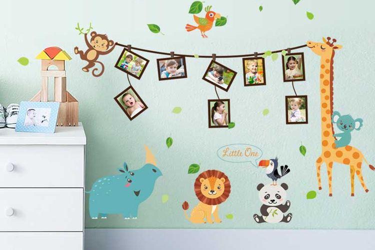 Deretan foto digantung di tali yang dipegang oleh hewan. Desain interior yang menyegarkan kamar tidur anak.