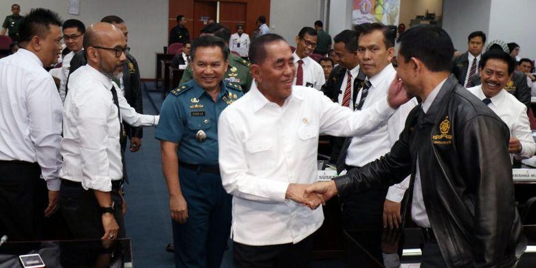 Menteri Pertahanan (Menhan) Ryamizard Ryacudu memberikan selamat kepada peserta program pendidikan singkat angktan XXII tahun 2019 Lembaga Ketahanan Nasional (Lemhannas), Senin (5/8/2019) di ruang Bhinneka Tunggal Ika Gedung Pancagatra, Kantor Lemhannas, Jakarta.