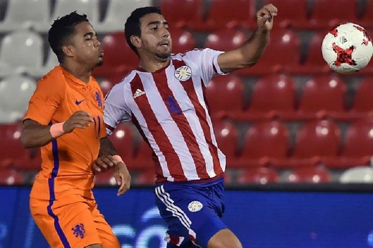 Abel Paredes  dibayang-bayangi Justin Kluivert pada pertandingan uji coba antara timnas U-21 Paraguay dan Belanda di Stadion Defensores del Chaco, 29 Mei 2018.