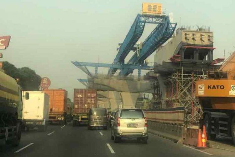 Pengerjaan proyek Jalan Tol Jakarta-Cikampek Elevated.