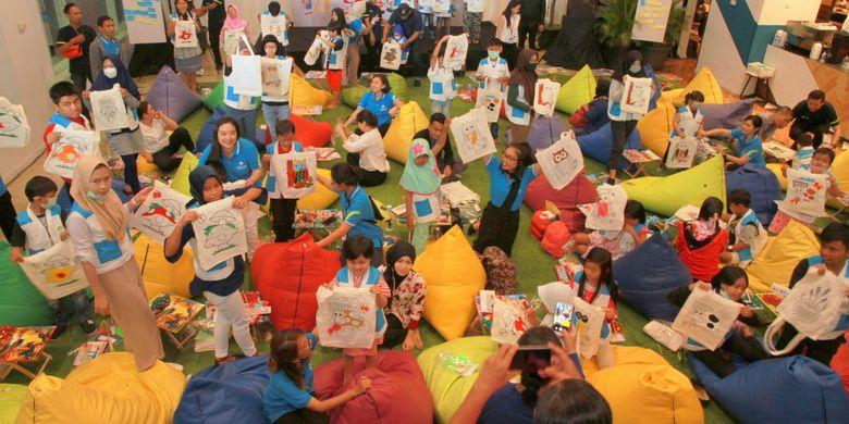 Para karyawan dan tenaga pemasaran Tokio Marine Life  mengajarkan anak-anak dengan kanker dari Yayasan Kanker Anak Indonesia berbagai macam keterampilan kreatif. Mereka mengajarkan kerajinan tangan, bernyanyi, mewarnai, dan lain-lainnya.