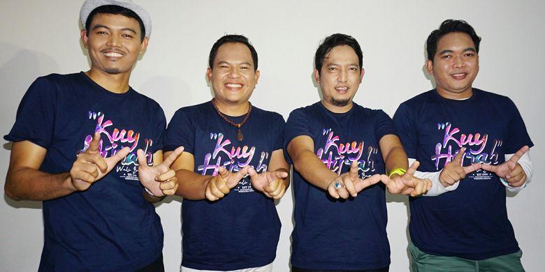 Wali Band yang terdiri dari Ovie (keyboardist), Faank (vokalis), Apoy (gitaris), Tomi (drummer) berpose membentuk huruf Wdalam jumpa pers pembuatan video klip Kuy Hijrah di kawasan Cilandak, Jakarta Selatan, Selasa (16/4/2019).