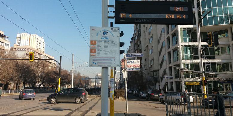 Tempat pemberhentian tram di Sofia, Bulgaria.