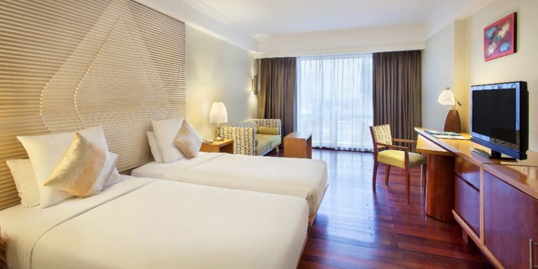 Superior room twin bed di Novotel Semarang.