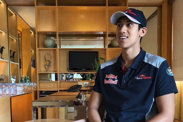 Pebalap Indonesia, Sean Gelael, menjalani sesi wawancara dengan awak media di Hotel Ritz Carlton, Singapura, Sabtu (16/9/2017).