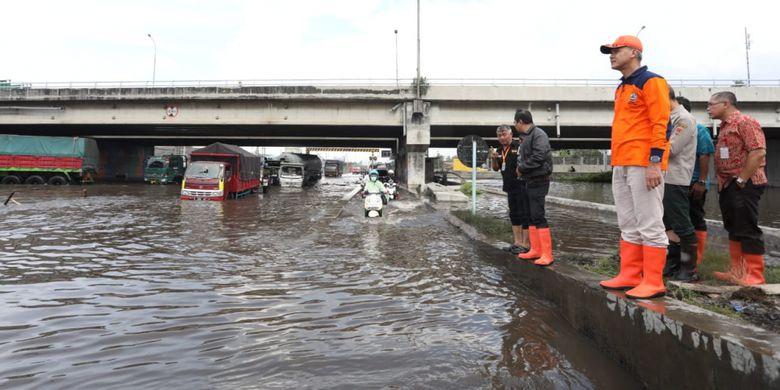 Pulang Umrah, Ganjar Gerak Cepat Tinjau Lokasi Banjir di Semarang