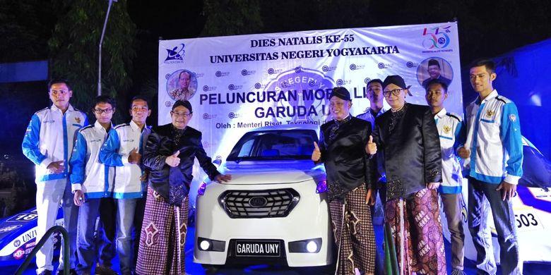 Menristekdikti Mohamad Nasir dan Rektor UNY Sutrisna Wibawa meluncurkan Mobil Listrik Garuda UNY karya inovatif Mahasiswa Fakultas Teknik UNY dalam rangka Dies Natalis Universitas Negeri Yogyakarta (UNY) ke- 55 (21/6/2019).