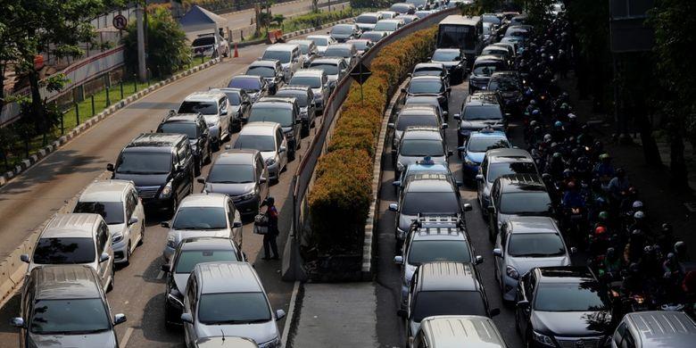 Sejumlah kendaraan terjebak kemacetan di jalan HR Rasuna Said, Kuningan, Jakarta Selatan, Selasa (25/7/2017). Direktorat Lalu Lintas Polda Metro Jaya memberlakukan rekayasa lalu lintas untuk mempercepat pengerjaan proyek pembangunan underpass Mampang-Kuningan.