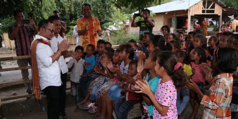 Menaker M. Hanif Dhakiri saat memberi semangat anak-anak keluarga TKI di Desa Bone, Maumere, Nusa Tenggara Timur, Selasa (9/10/2018).