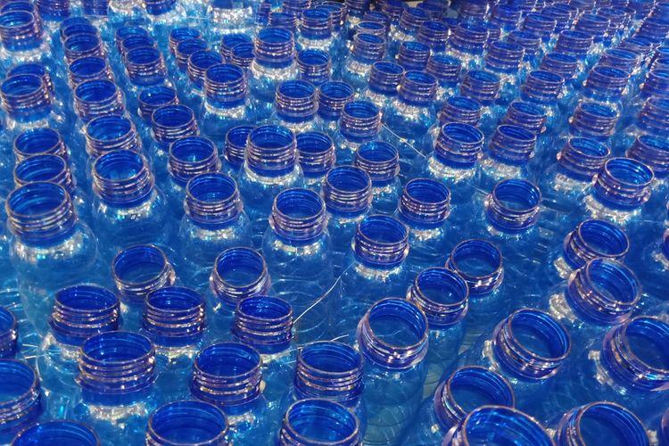 Botol-botol plastik yang dibangun menjadi instalasi botol plastik dalam rangka menyuarakan kampanye #BijakBerplastik oleh Aqua Danone yang dipasang di lantai Ground Floor Lotte Shopping Avenue.