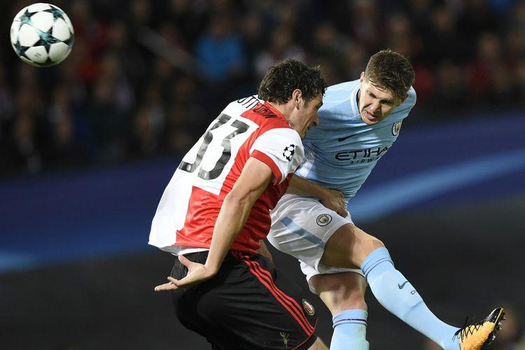 Sundulan bek Manchester City, John Stones, berbuah gol bagi timnya saat menyambangi markas Feyenoord di Rotterdam pada pertandingan Liga Champions, Rabu (13/9/2017).