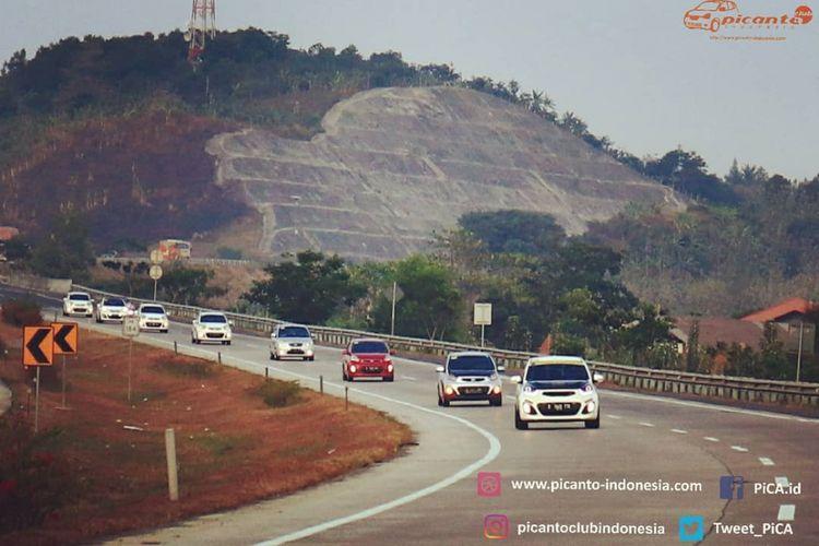 Konvoi komunitas klub mobil pengguna KIA Picanto, yakni Picanto Club Indonesia (Pica) menuju tempat berlangsungnya Jambore Nasional pengguna Picanto di Tawangmangu, Solo, Jawa Tengah pada 7-9 September 2018.