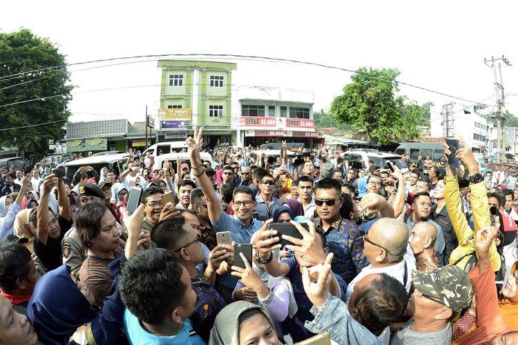 Cawapres nomor urut 02 Sandiaga Salahuddin Uno (tengah) berfoto bersama warga di Pasar Tugu, Bandar Lampung, Lampung, Selasa (9/10/2018). Sandiaga mengunjungi pasar tradisional di Bandar Lampung sekaligus berdialog dengan warga dan para pedagang pasar.