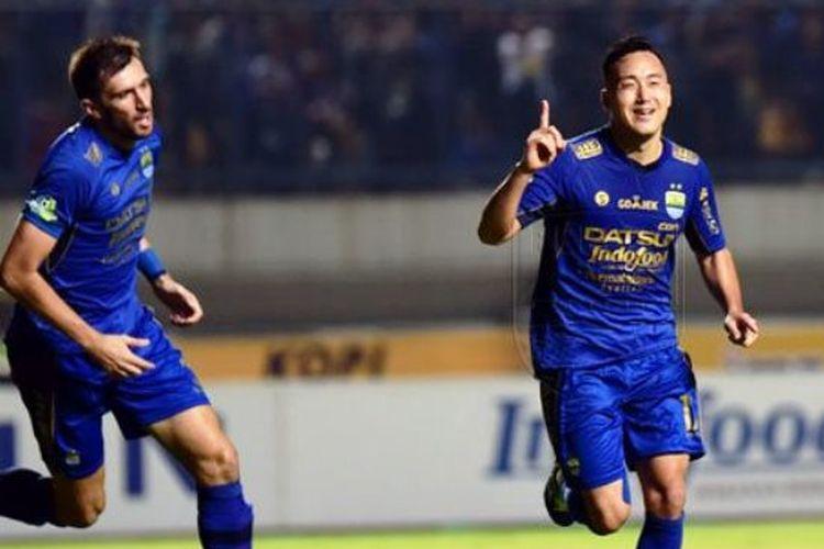 Selebrasi penyerang Persib Bandung, Shohei Matsunaga, seusai mencetak gol ke gawang Persela Lamongan, Rabu (12/7/2017).