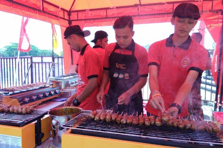 10 000 Tusuk Bakso Bakar Gratis Diserbu Warga Malang
