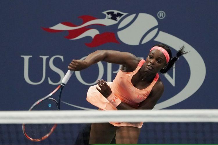 Petenis Amerika Serikat, Sloane Stephens, melakukan servis saat melawan kompatriotnya, Venus Williams, pada semifinal Grand Slam AS Terbuka 2017 di USTA Billie Jean King National Tennis Center, New York, 6 September 2017. Sloane menang 6-1, 0-6, 7-5 untuk meraih final pertamanya dalam turnamen dengan level grand slam.