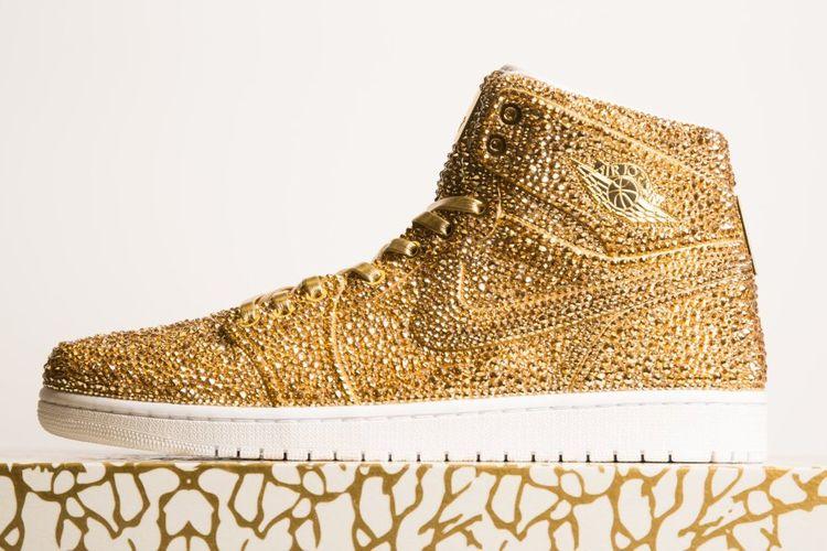 Karya seni rancangan seniman Daniel Jacob berupa sepatu Nike Air Jordan bertabur lebih dari 15.000 kristal.