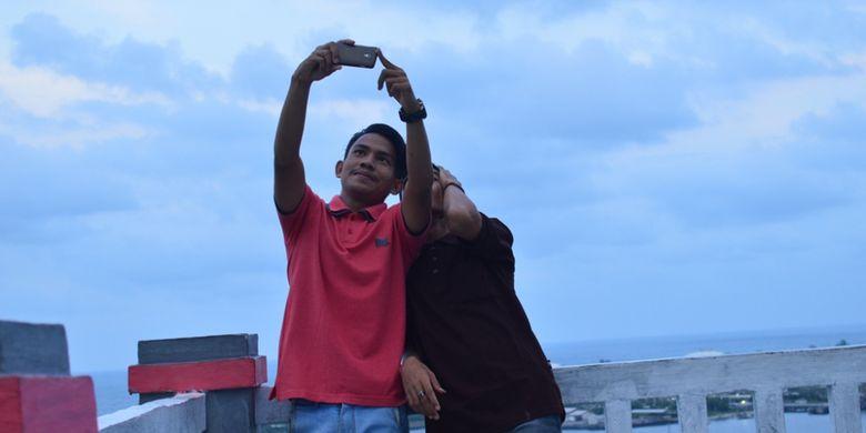 Pengunjung berswafoto di Taman Ngieng Jioh, Kota Lhokseumawe, Aceh.