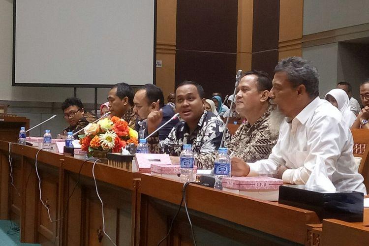 Kuasa Hukum First Travel Rizki Rahmadiansyah tengah menyampaikan keluhan korban di Komisi VIII DPR